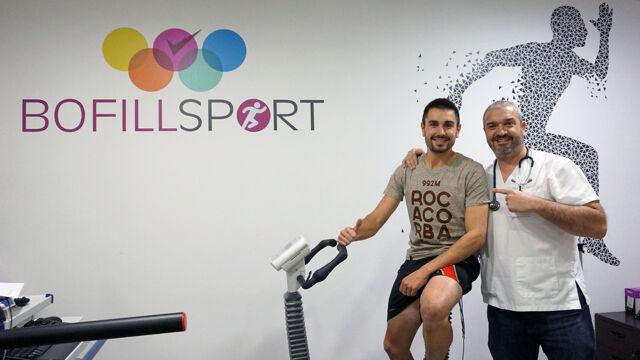 Oriol Vidal i  Dr. Castillo realitzant la reivisó mèdica esportiva