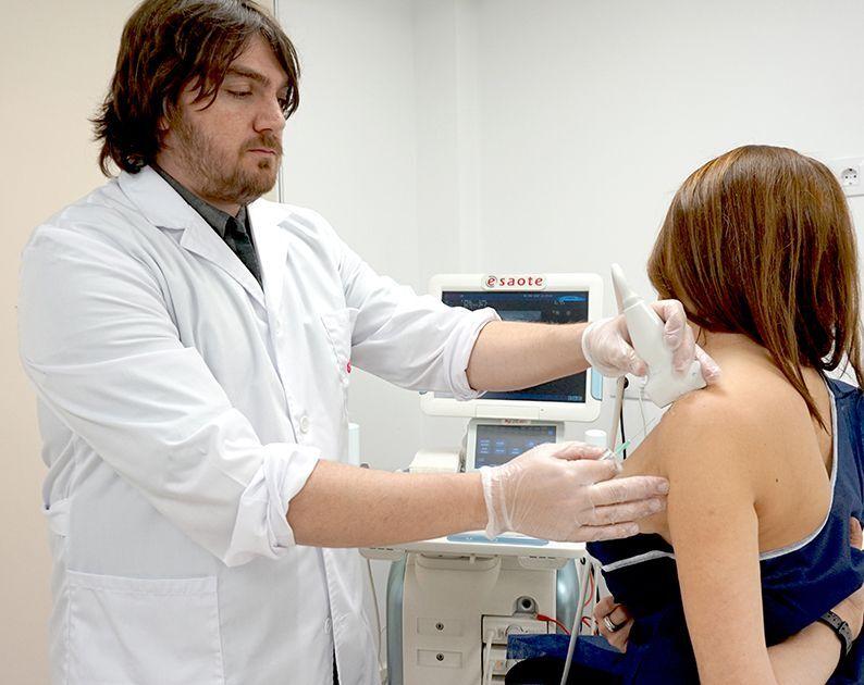 Dr. Jorge Guibernau realitzant una neteja per punció ecoguiada